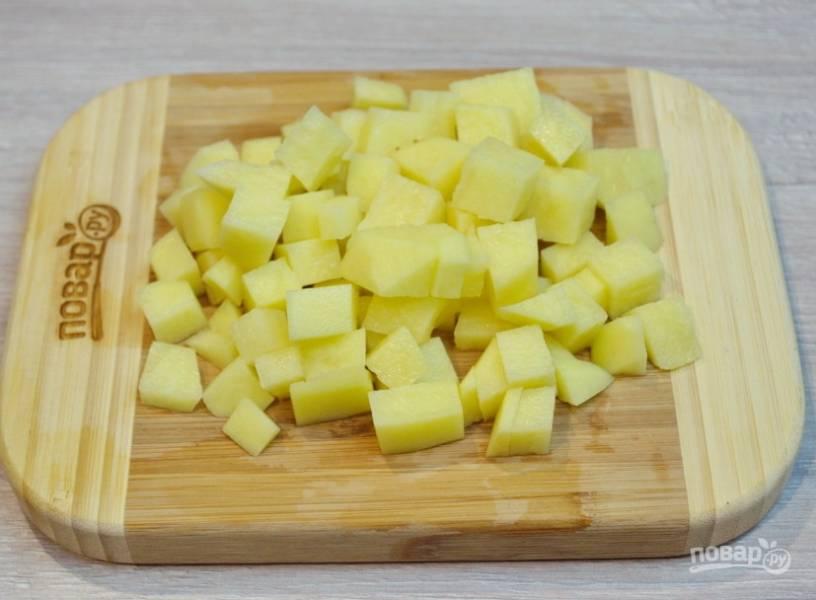 Для приготовления нашего салата заранее отварите свеклу до готовности. Сырой картофель нарежьте на небольшие равные кубики.