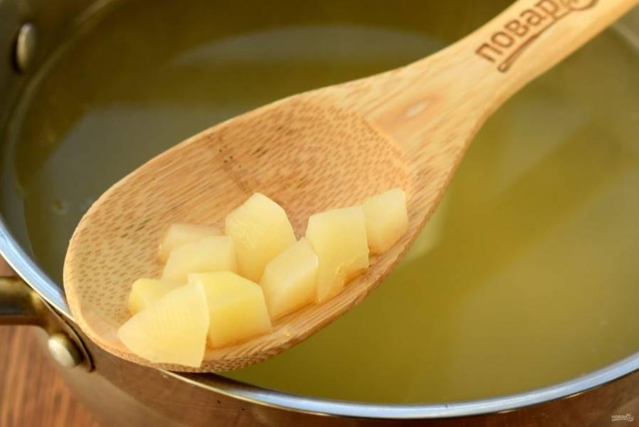 Морковь и лук нарежьте мелкими кубиками, картофель — средними. Картофель опустите в кипящий бульон и варите до мягкости.