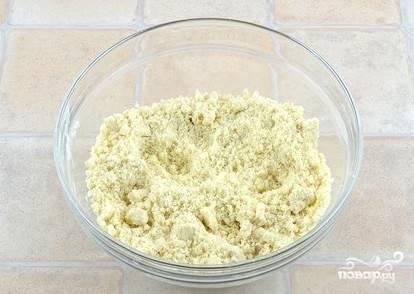 В подготовленную миску  натираем сливочное масло через тёрку, высыпаем муку и сахар, всю массу перетираем пальчиками, чтобы получилась крошка. Ставим в холодильник.
