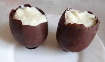 Шоколадные яйца наполняем желе и убираем в холодильник.
