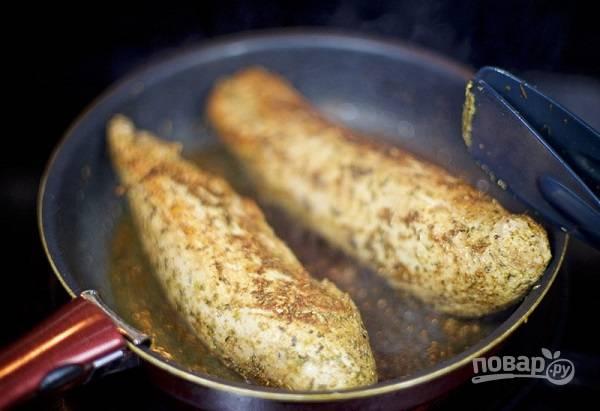 4. На сильном огне обжарьте с двух сторон до образования корочки. Предварительная обжарка запечатывает мясные соки, свинина получится нежной и сочной.