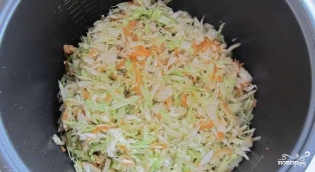 """Очистите луковицу и морковь. Лук нарежьте произвольными некрупными кусочками. Морковь натрите на крупной тёрке. В чашу мультиварки выложите все овощи и свинину. Залейте водой, посолите и поперчите, перемешайте. Включите мультиварку на режим """"Тушение""""."""