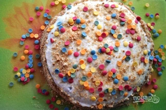 Сверху торт украшаем целыми орехами или как у меня сахарной посыпкой. Отправляем торт в холодильник на пару часов для пропитки.