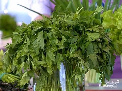 5. Еще один необязательный, но весьма уместный ингредиент — это свежая зелень. С ней диетические куриные котлеты на пару в домашних условиях станут еще полезнее и аппетитнее. Измельчите любую зелень, которая вам по вкусу, и добавьте в фарш.
