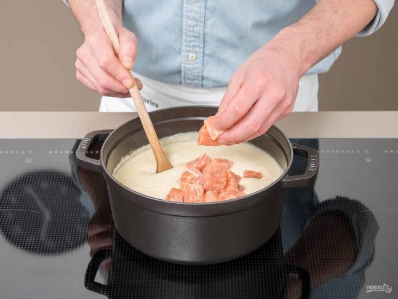 4. После этого филе нарежьте кубиками и смажьте соком, солью и перцем. Добавьте лосося в блюдо. Включите средний огонь.