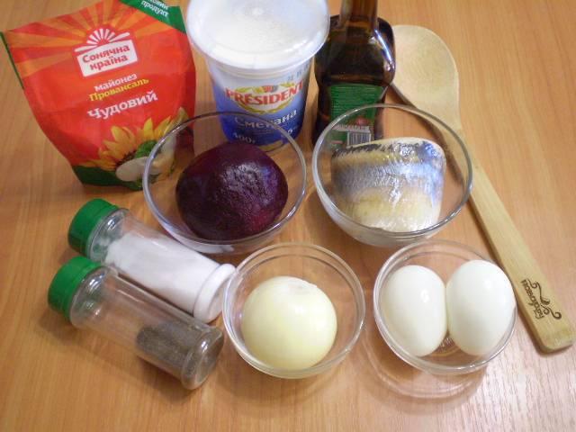 Подготовим продукты. Свеклу и яйца нужно отварить до готовности. Лук — очистить и сполоснуть под водой.