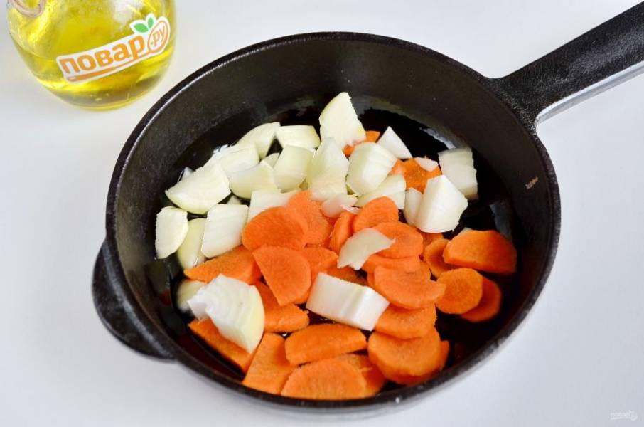 3. Лук и морковь крупно порубите и обжарьте на растительном масле до полуготовности.
