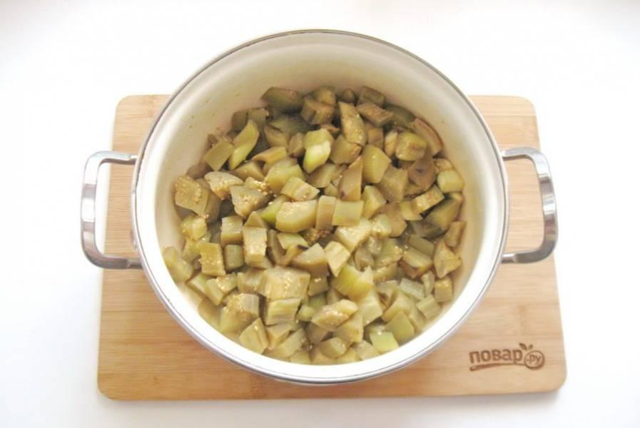 Доведите до кипения и варите баклажаны 8-10 минут до готовности. Слейте жидкость.
