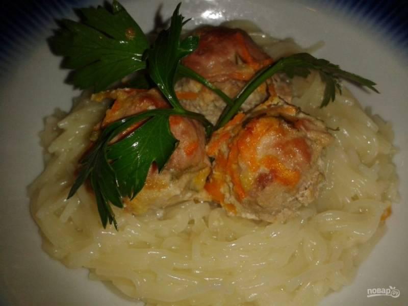 8. Запеченные тефтельки в сметанном соусе  подавайте в горячем виде со свежими овощами или солениями по сезону.