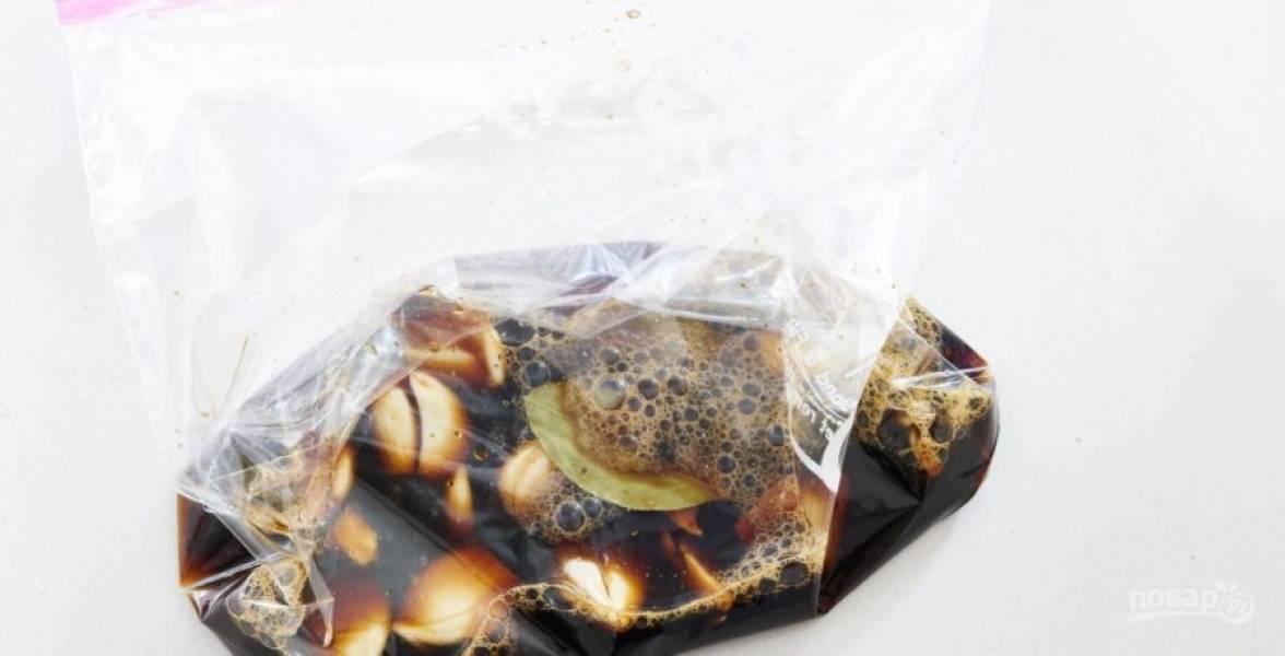 1.Очистите чеснок и положите в пищевой zip пакет, туда же добавьте черный перец, лавровый лист, сахар, влейте уксус и соевый соус. Закройте пакет и встряхните.