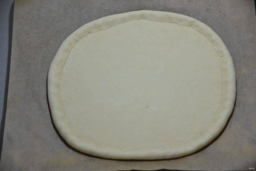 Раскатайте тесто в лепешку, оформите бортики.