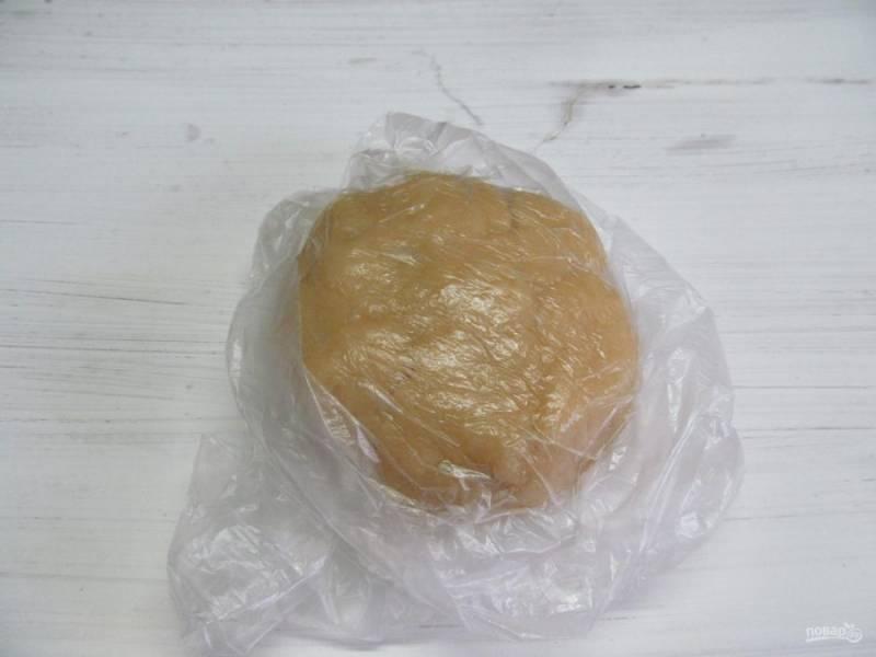 Кладем его в пакет, чтобы тесто не подсохло и оставляем при комнатной температуре, пока будем готовить начинку.