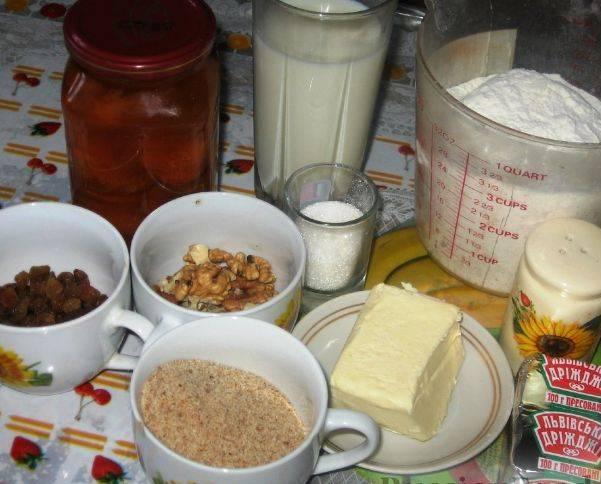 1. Очень простой рецепт приготовления пирога с абрикосовым вареньем. Тесто готовится традиционным способом. Лучше заранее поставить опару, после чего замесить тесто и оставить его в теплом месте на один час.