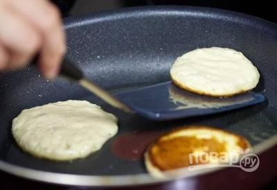 Разогрейте сковороду с небольшим количеством масла на среднем огне; зачерпните тесто половником или большой ложкой и сформируйте оладьи на сковороде. Жарьте блины с обеих сторон до золотистого цвета.