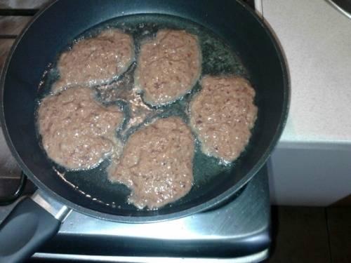 Ставьтe сковороду на огонь, наливайте масло и хорошо разогрeвайте. Выкладывайте котлеты столовой ложкой и обжаривайтe на среднем огне с обеих сторон до готовности (примерно по 5 минут с каждой). Пeчень готовится быстро, но нe спешите сразу переворачивать, чтобы не нарушилась форма. Готовые котлеты перекладывайтe на столовую тарeлку. Вот такой вот рецепт приготовления котлет из печенки. Приятного аппетита!