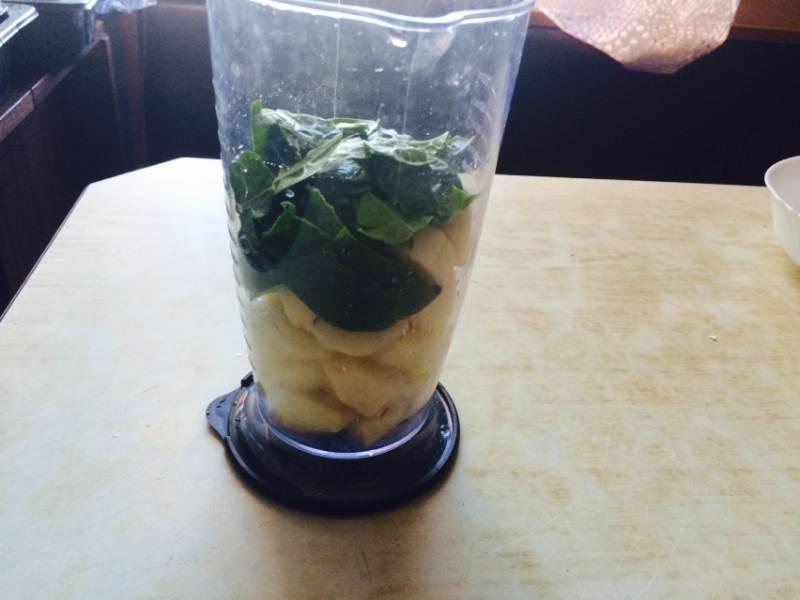 Отправляем в стакан половину чашки промытых свежих листьев шпината.