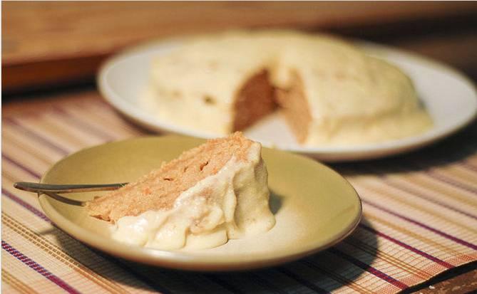 3. А затем подаем с пылу-жару как пирог, или ждем, пока остынет, разрежем коржи и смажем их любимым кремом. И получится торт!
