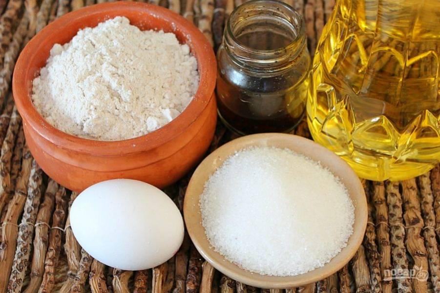 Подготовим ингредиенты для теста: 3 ложки сахара, яйцо, масло, настойка ванили и чуть больше стакана цельнозерновой муки.