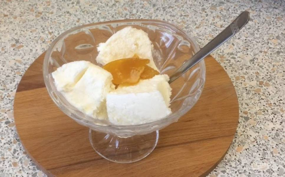 4.  Повторите процедуру ещё 3 раза, после чего отправьте мороженое в морозилку ещё на несколько часов. Приятного аппетита!