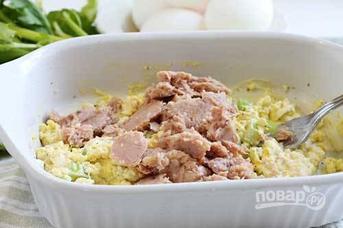 3.Хорошенько перемешиваю салат, затем выкладываю тунец, немного разминаю его вилкой и перемешиваю все составляющие.