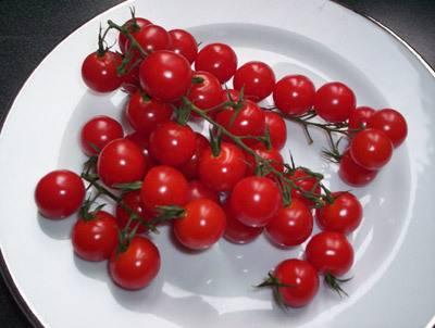 2. Орешки чуть обжариваем на оливковом масле, помидоры и салат айсберг моем. Салат рвем руками и добавим вместе с целыми помидорками в салат.
