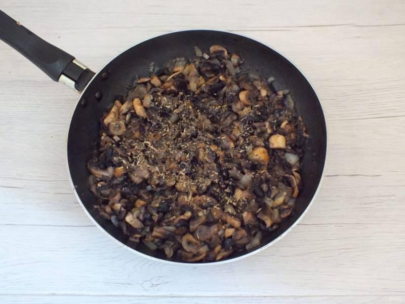 Грибы вымойте, нарежьте пластинками или кубиками. Добавьте к обжаренному луку и обжаривайте все вместе, до готовности грибов. В самом конце посолите, добавьте специи по вкусу. Охладите начинку.