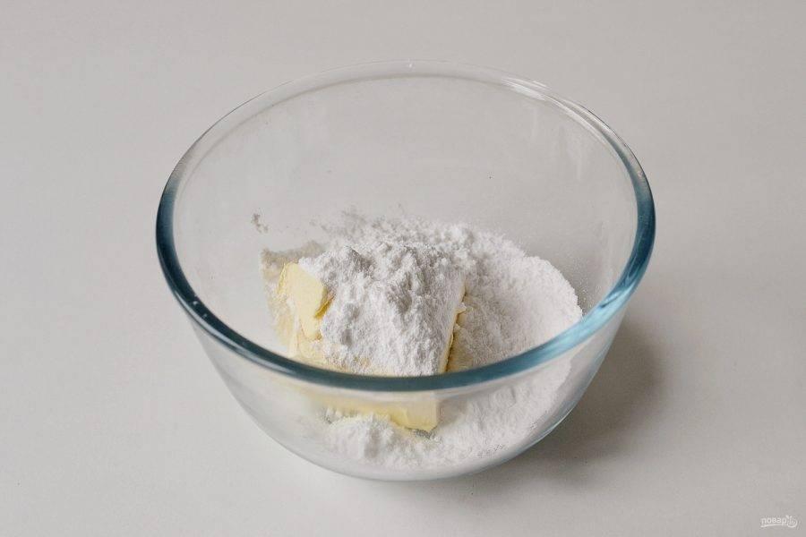 Взбейте миксером сливочное масло и сахарную пудру.  Добавьте ванильный экстракт.