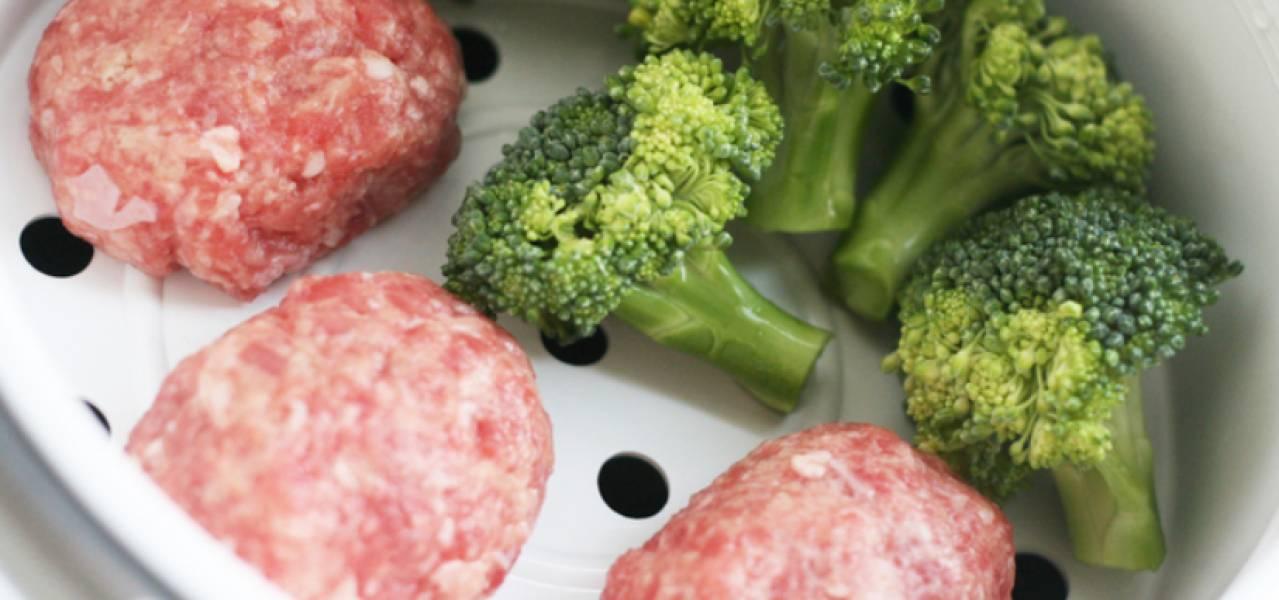 """Влейте в чашу мультиварки воду. Сверху ставим контейнер с котлетками. Можно готовить вместе с овощами, например, с брокколи. Готовим в режиме """"Варка на пару"""" 30 минут."""
