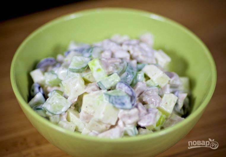 Куриный салат с яблоком и огурцом