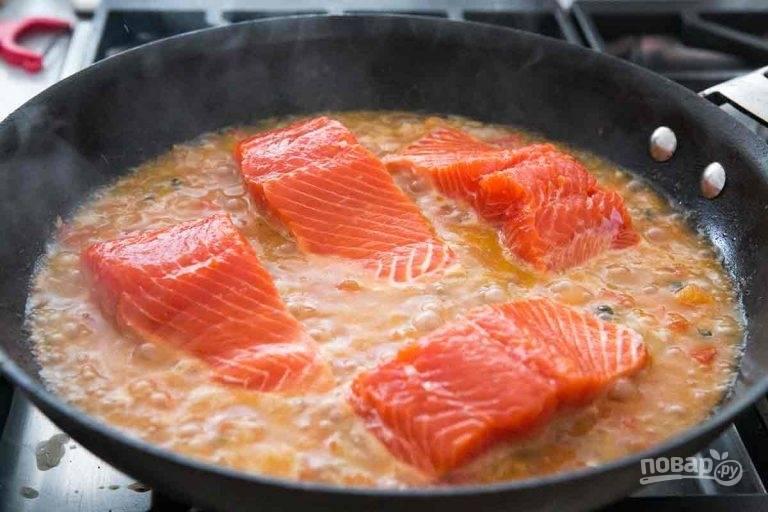 2.Промойте помидоры, стручковой острый перец и тимьян. Нарежьте помидоры кубиками и измельчите тимьян, цедру лимона и стручковый перец. Увеличьте огонь до среднего и отправьте в сковороду помидоры, каперсы, цедру лимона, лимонный сок, тимьян и острый перец. Готовьте 10 минут, если смесь будет слишком сухая, то влейте воду, посолите и поперчите. Влейте в сковороду вино и воду, выложите филе кожей вниз и готовьте на средне-низком огне 4-7 минут.
