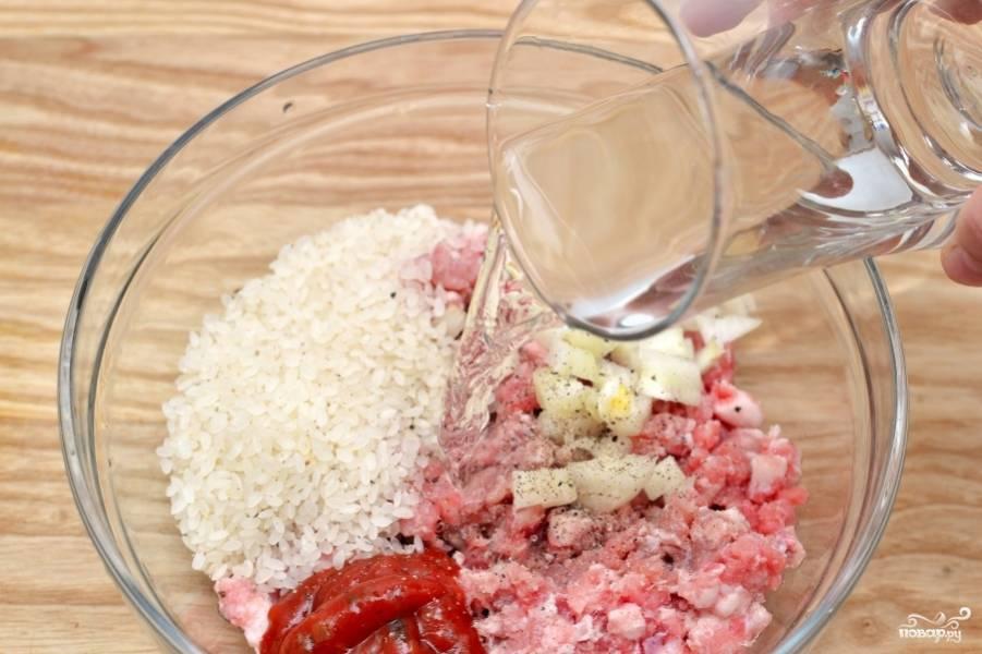 Смешайте в чашке давленный чеснок, бараний фарш, томатный соус и рубленный лук. Посолите, поперчите душистым перцем и обычным чёрным. Добавьте 50 мл воды. Всё перемешайте.