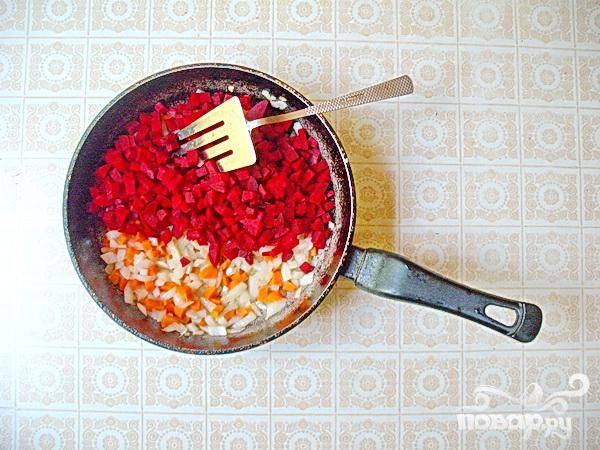 3.Разогреваем растительное масло, пассируем лук, добавляем свеклу и морковь тушим, постоянно помешивая минут 5.  После добавляем сок лимона, для закрытия цвета свеклы, не давая ей  окрашивать другие овощи.