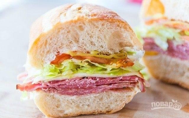 6. Закройте ингредиенты булочкой. Сэндвич готов! Приятного аппетита!