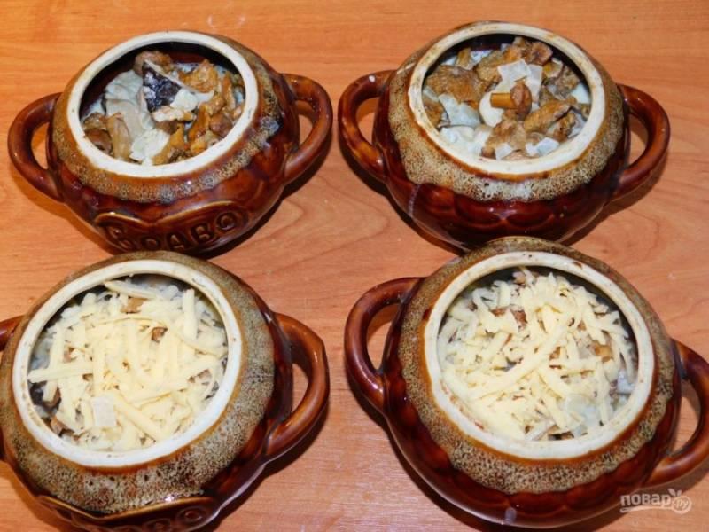 Разложите грибы по горшочкам. Налейте в каждый горшочек сливки. Сверху посыпьте тертым сыром.
