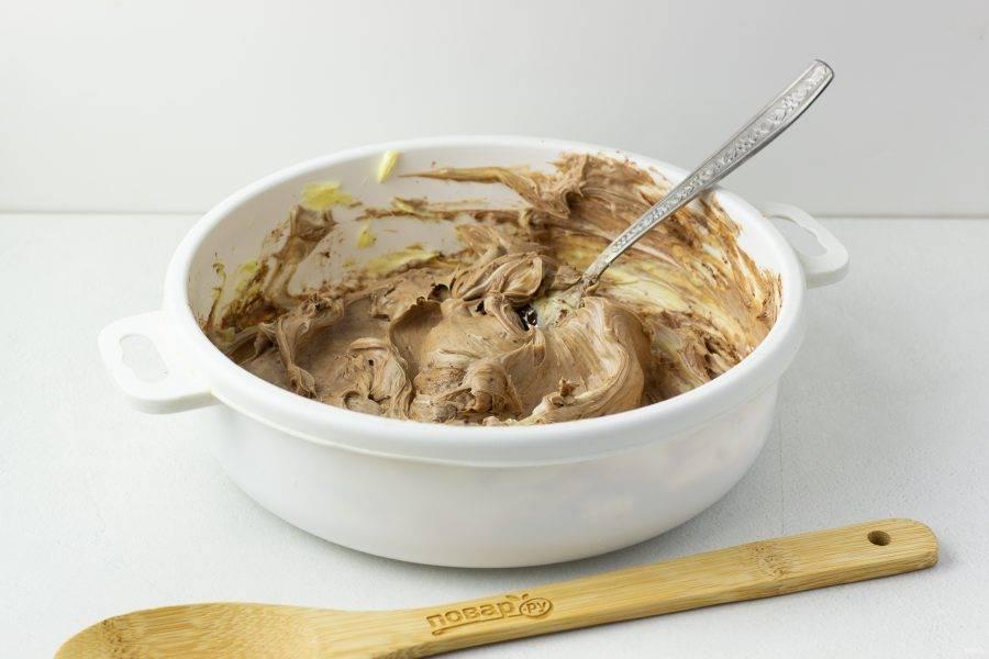 Размягченное сливочное масло разотрите с какао.