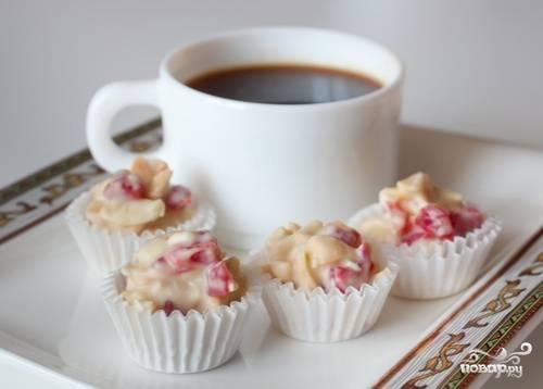 6. Подготовьте бумажные тарталетки или пекарскую бумагу. Затем выкладывайте сладкую смесь с помощью ложки или кондитерского кулька. Поставьте в холодильник и держите не менее 1 часа. Теперь, когда вы знаете, как приготовить конфеты с белым шоколадом, попробуйте сделать их дома и угостить близких.
