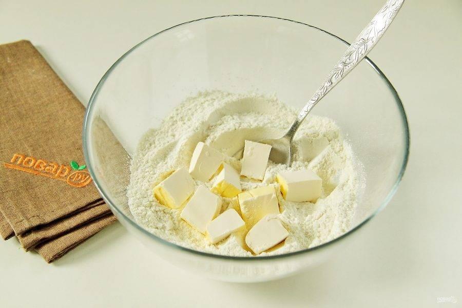 3. Добавьте нарезанное кубиками масло или маргарин.
