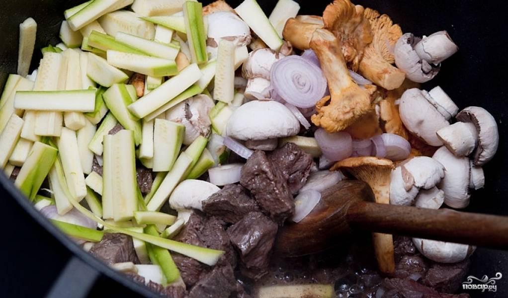 В сковороде разогреваем оливковое масло, обжариваем в нем кусочки мяса до румяной корочки со всех сторон. Затем добавляем все остальные нарезанные ингредиенты и готовим, помешивая, на среднем огне 3-4 минуты.