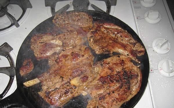 3. Жарим, периодически переворачивая, пока из мяса перестанет выделятся красный сок.