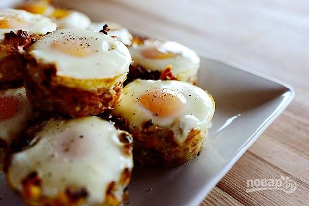 5. Картофельные гнезда с яйцом подавайте к столу горячими.