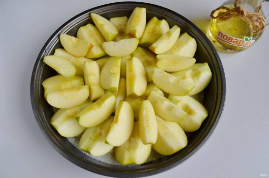4. Оставшиеся яблоки порежьте дольками и уложите сверху. Посыпьте второй половиной стакана сахара и отправьте в духовку, температура 220 градусов, запекайте яблоки до мягкости.
