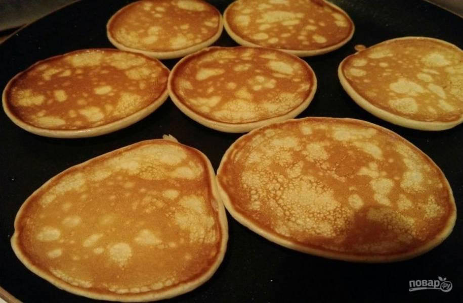 3. Жарим с обеих сторон до румяного цвета. На такой сковороде они жарятся быстро и (самое главное) без добавления масла.