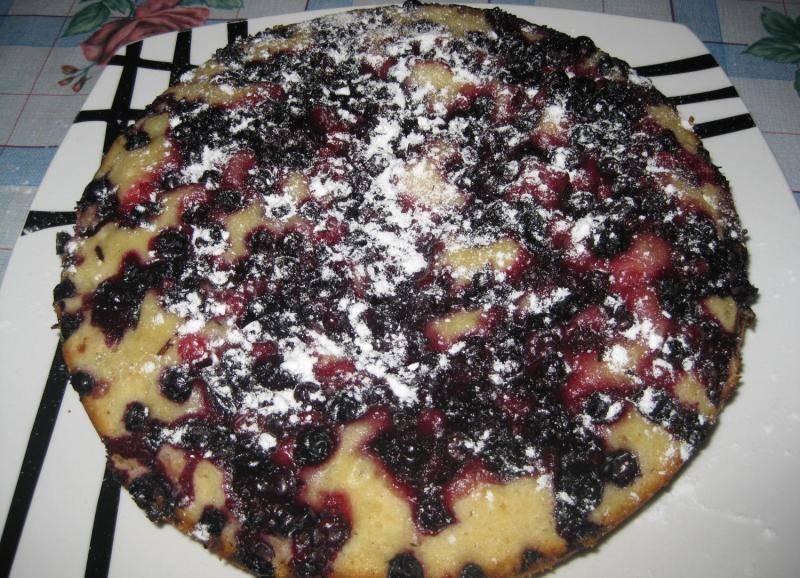 Когда пирог будет готов, даем ему время немного остыть, перекладываем на блюдо и посыпаем сахарной пудрой. Приятного аппетита!