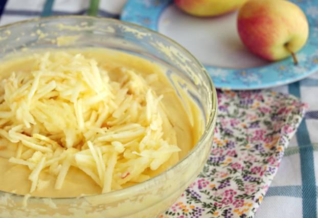 Кладем в тесто мякоть тертых яблок. Аккуратно перемешиваем.