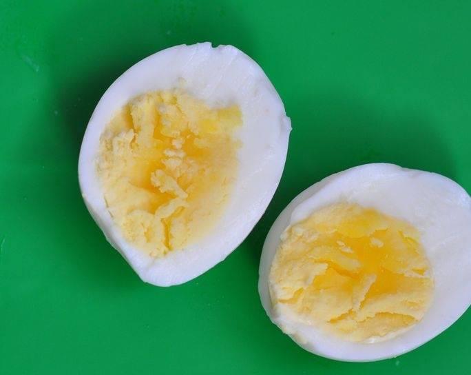 Для начала отварите вкрутую яйцо.