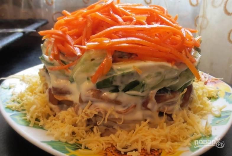 Украшаем верхушку салата корейской морковью, низ салата присыпаем тертым сыром. Приятного аппетита!