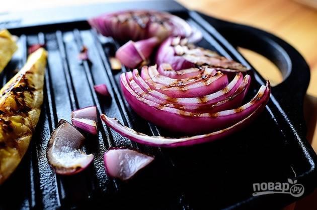 2. Также обжарьте лук на гриле.