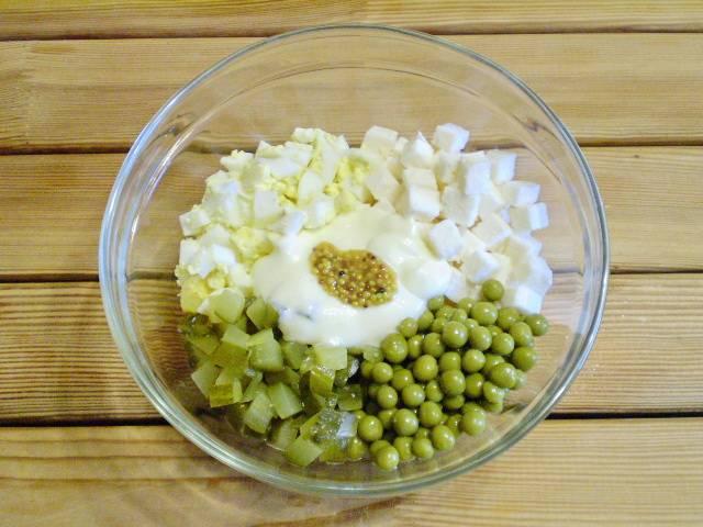 6. Все ингредиенты салата сложите в салатник, добавьте горчицу, майонез, соль, перец черный молотый, зелень.
