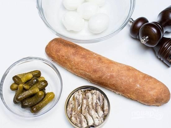 Подготовим необходимые ингредиенты. Сварим, остудим и очистим яйца. Откроем банку со шпротами.