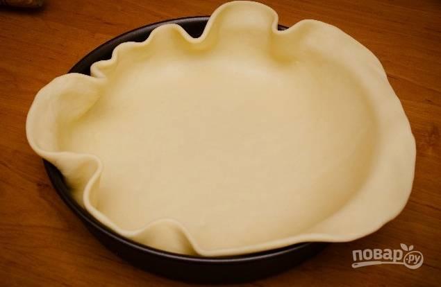 5. Пока начинка остывает, достаньте тесто из холодильника, раскатайте тонко и выложите в жаропрочную форму.